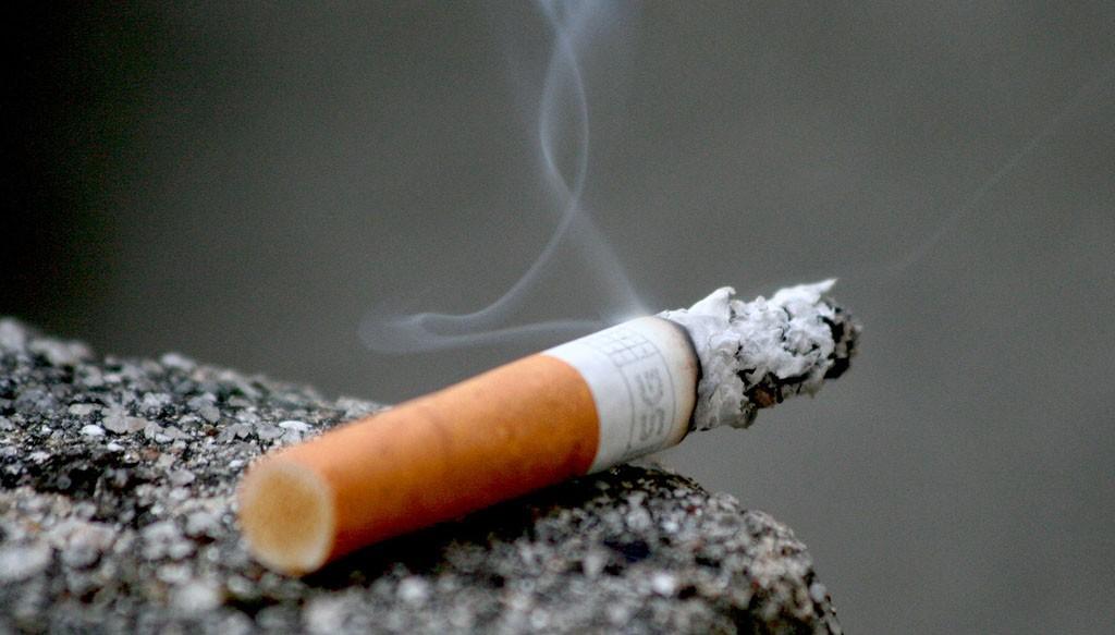 tigara foc fum