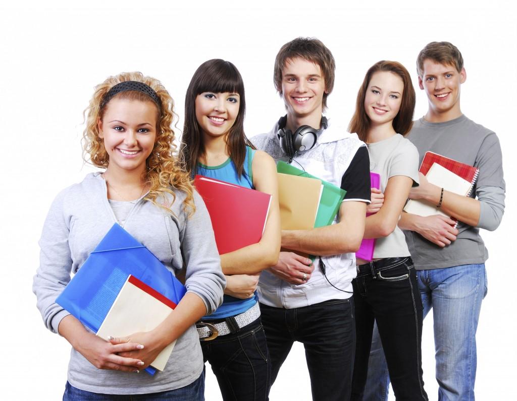 tineri studenti absolventi studii universitate scoala