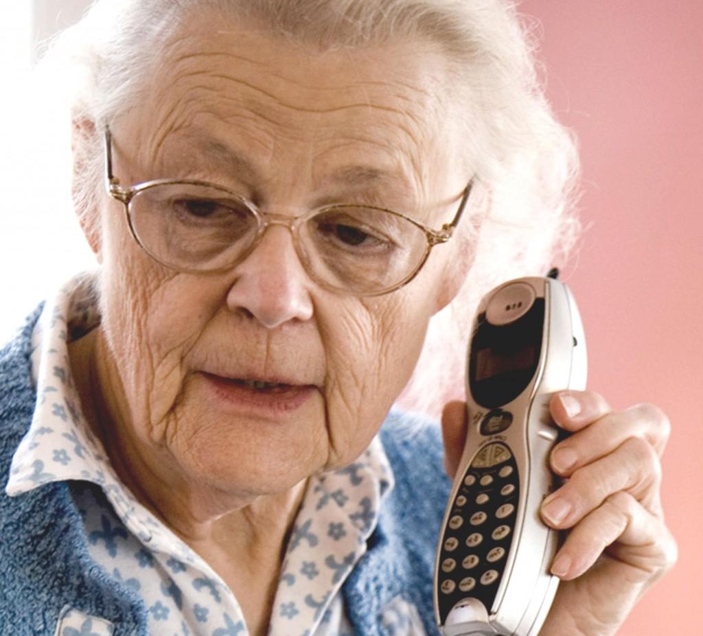 femeie batrana telefon